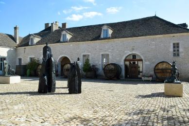 Château de Pommard's grounds and art.