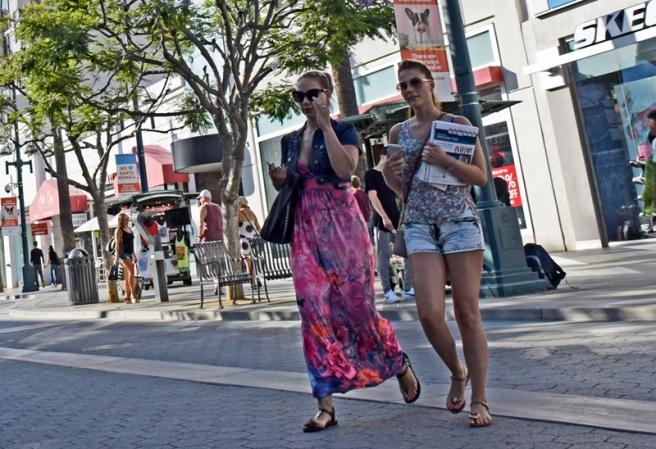 California girls shopping.